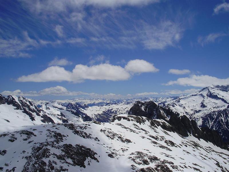 Al fondo montañas valle de Aran