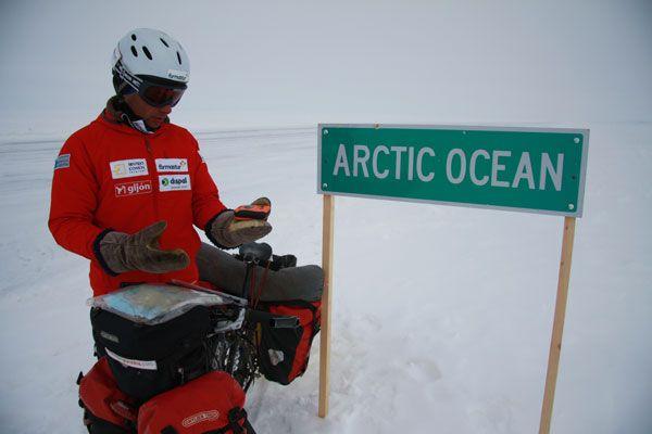 Enviando un mensaje de confirmación desde las carreteras de hielo del ártico canadiense