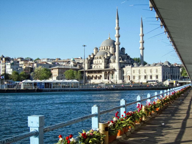Mezquita nueva desde el puente del Galata