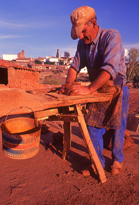 el ladrillo cocido es tan antiguo como las pirmides de egipto y la muralla china milenarias hechas con este material y que han resistido el