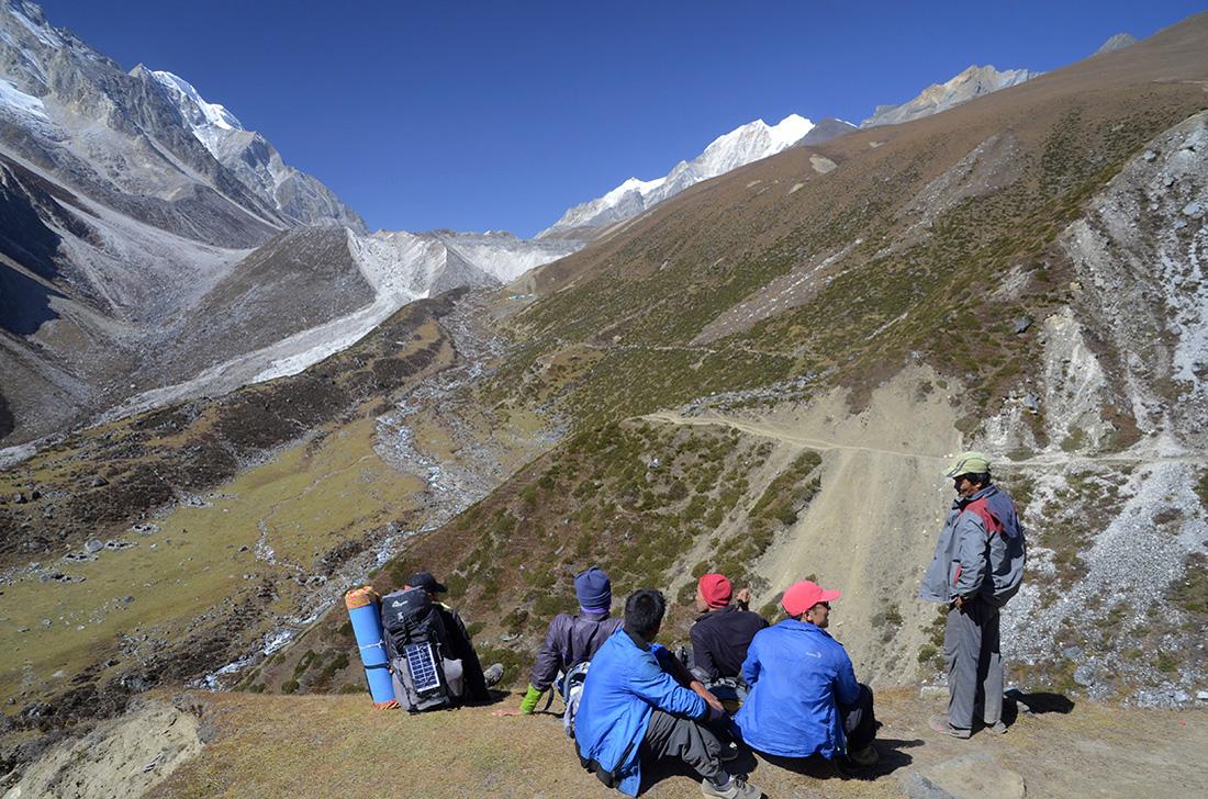 Larkya Pass al fondo, cordillera del Himalaya, Nepal