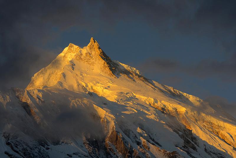 Amanecer sobre Manaslu, cordillera del Himalaya, Nepal