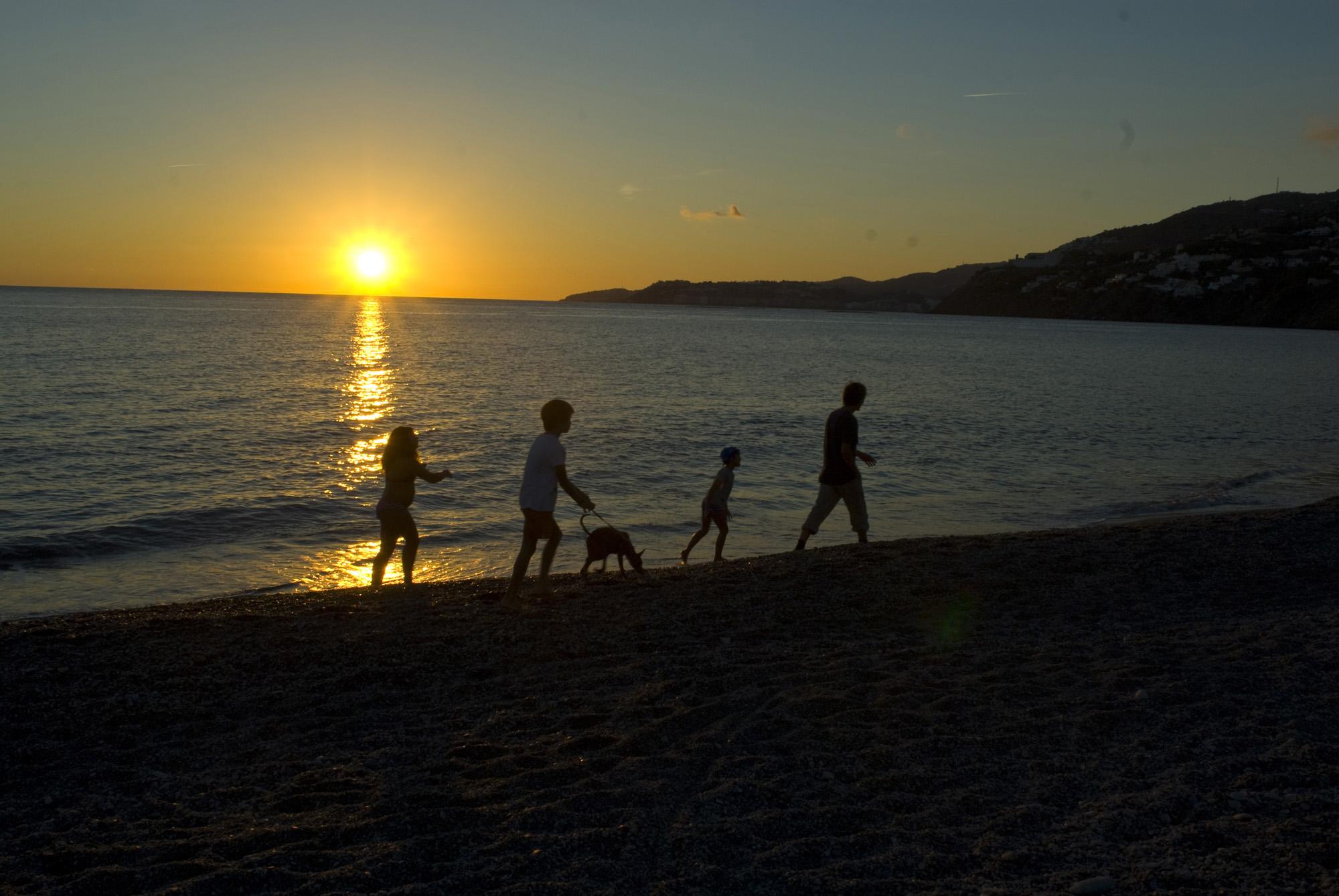 Un paseo en familia al atardecer por la Playa de La Guardia-Salobreña-Granada
