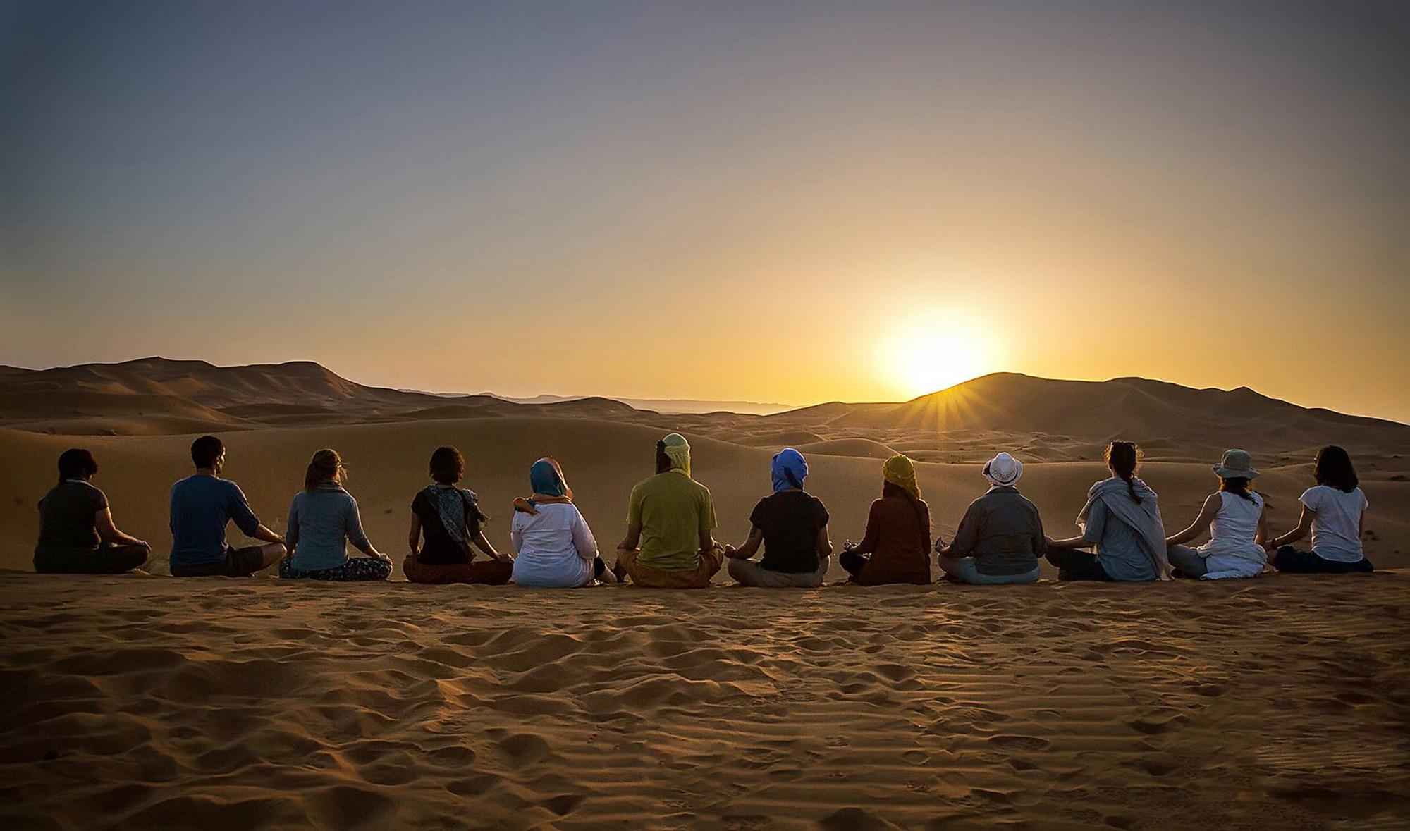 Sesión de yoga en desierto-Marruecos