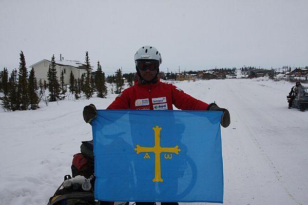 Con la bandera asturiana