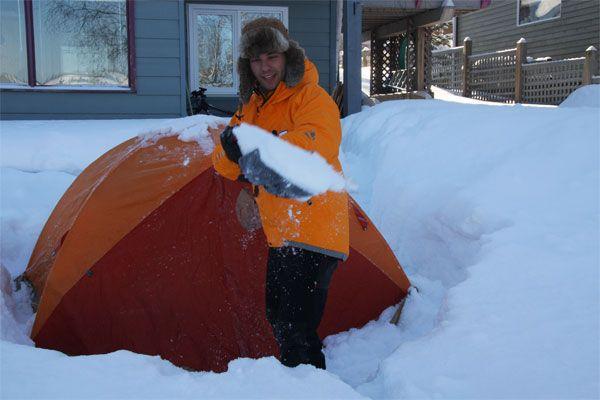 Quitando nieve por la manana tras acampar en la parte de atras del albergu