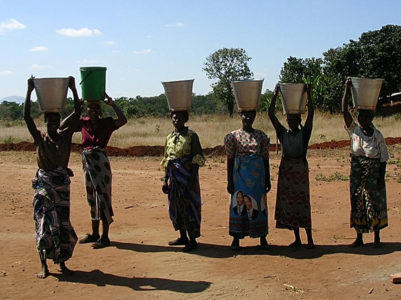 Mujeres con cubos de agua