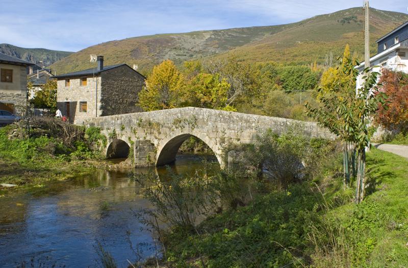 Puente romano de Vigo de Sanabria. Curso del Río Tera. Zamora