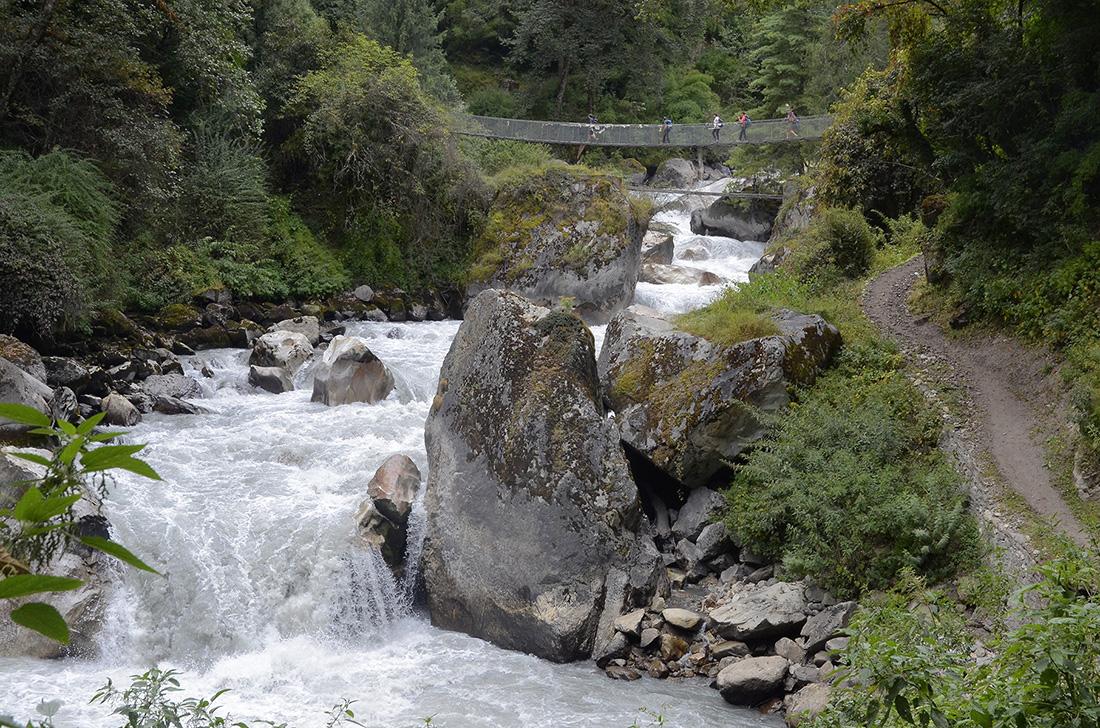 Puente suspendido, cordillera del Himalaya, Nepal