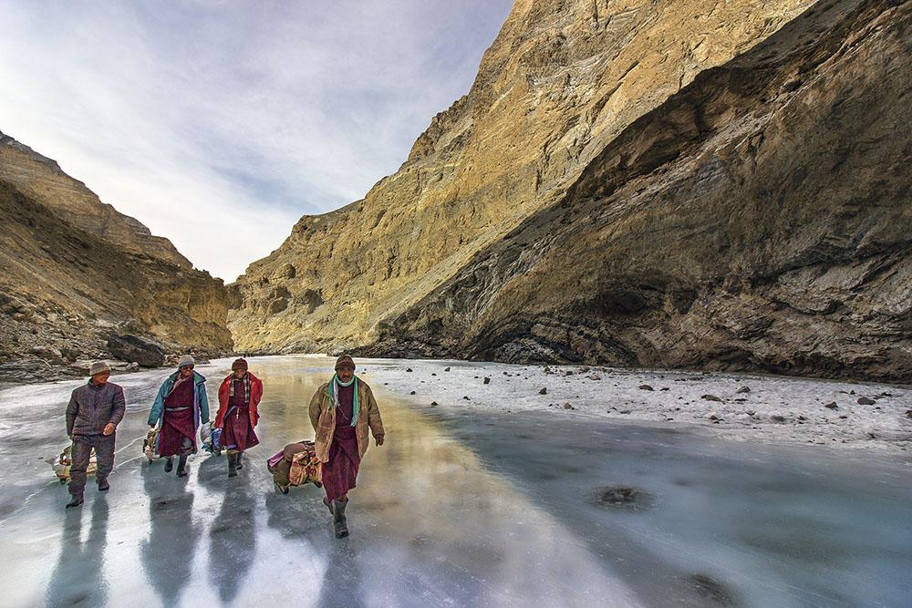 PORTERS ON FROZEN RIVER - KRISHNA BHAT (INDIA) - Mención de Honor: Hombre en Montaña-Naturaleza