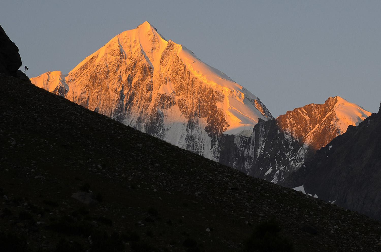 Amanecer sobre Pyramidalny 5.509m-Kirguistán