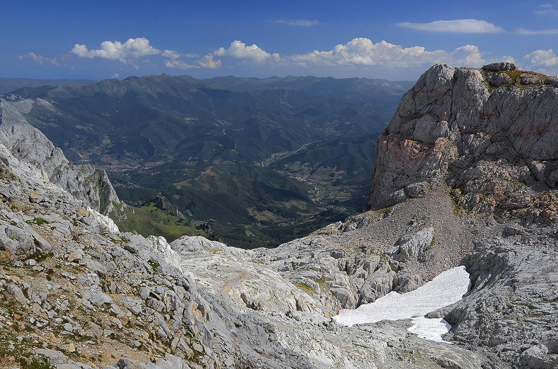 Sierra de Peña Sagra al fondo-Picos de Europa
